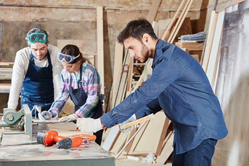 Плотник уча во время ученичества стоковая фотография rf