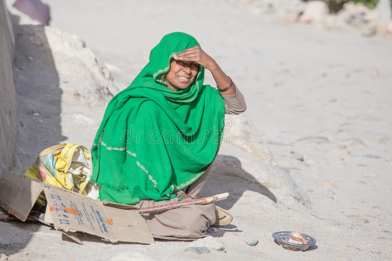Плохая женщина умоляет для денег от прохожего в Leh Индия стоковые изображения rf