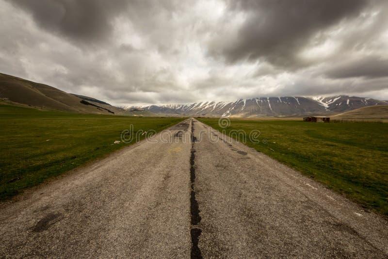 Плохая погода на дороге к Castelluccio, Италии стоковое изображение rf