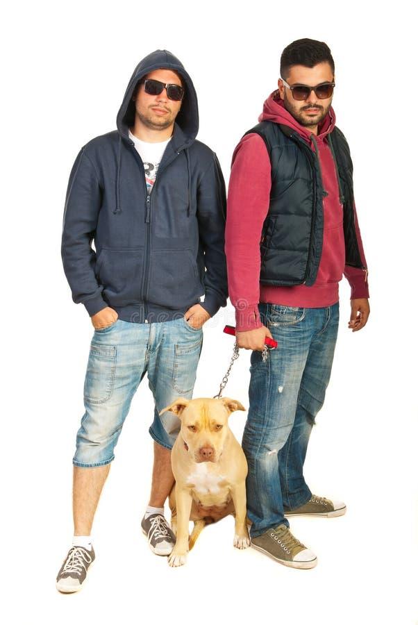 Плохие мальчики с собакой pitbull стоковые фотографии rf