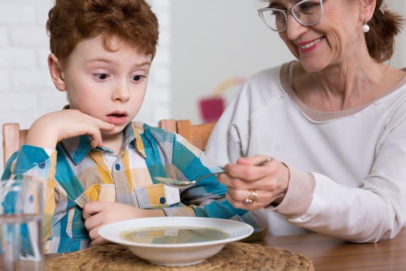 Плохой ребенк едока во время обеда стоковое изображение