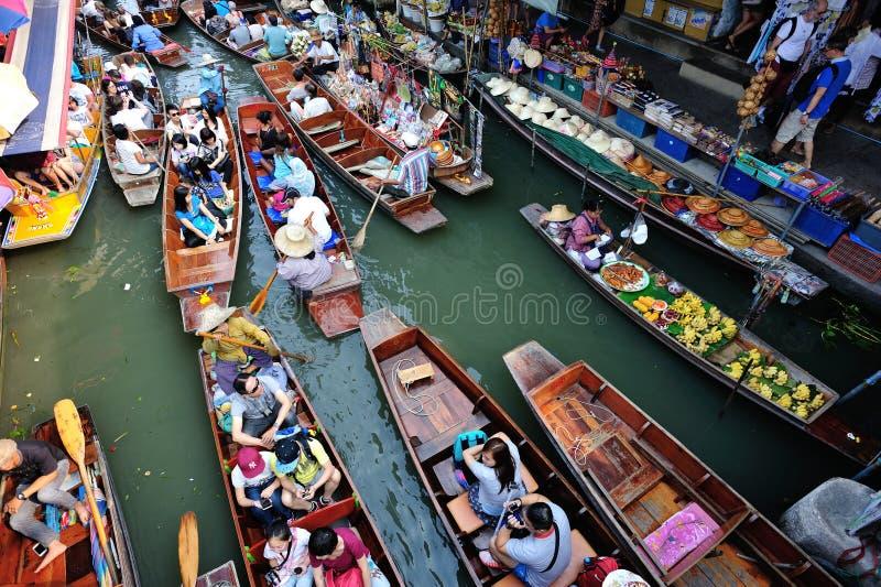 Плодоовощи и еда с шлюпками на рынке Damonen Saduak плавая стоковое фото rf