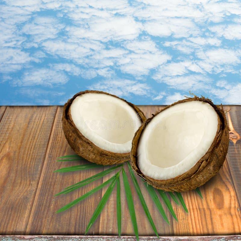 Плодоовощи кокосов и стола открытого космоса стоковое фото rf