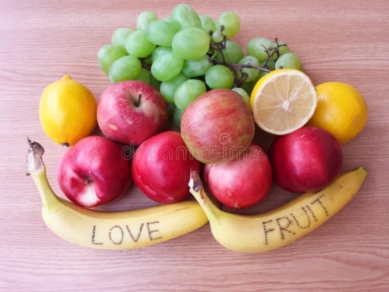 Плодоовощи на деревянной предпосылке стоковые фото
