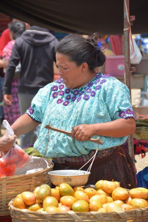 Плодоовощи продажи женщины стоковая фотография
