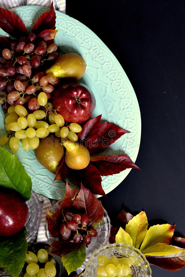 Плодоовощи, яблоко, виноградины и груша осени стоковое изображение rf
