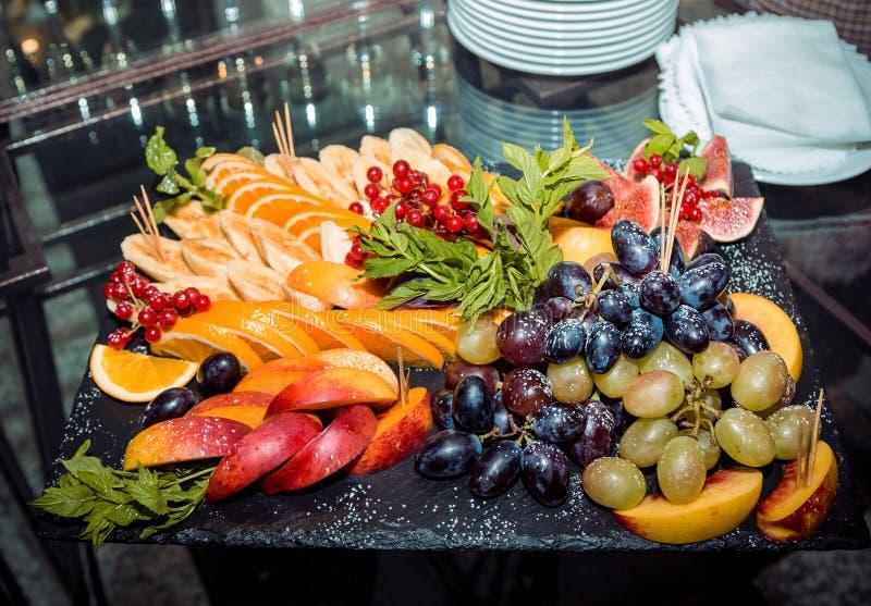 Плодоовощи, ягоды и мята на подносе стоковое изображение rf