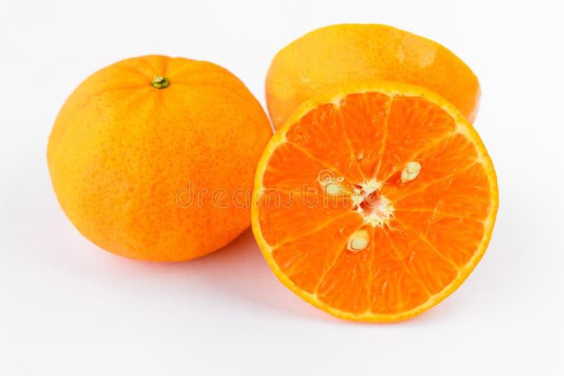 Плодоовощ апельсина мандарина на белой изолированной предпосылке - стоковое изображение