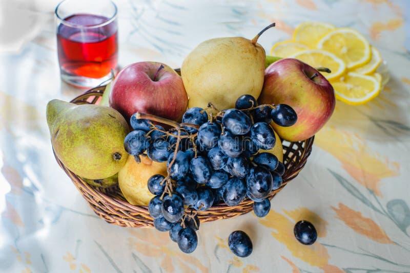 Плодоовощ в плетеной корзине стоковые фото