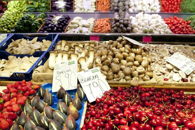 плодоовощ клиентов города cebu bogo ее женщина овоща таблицы филиппинского магазина рынка островов стоковая фотография rf