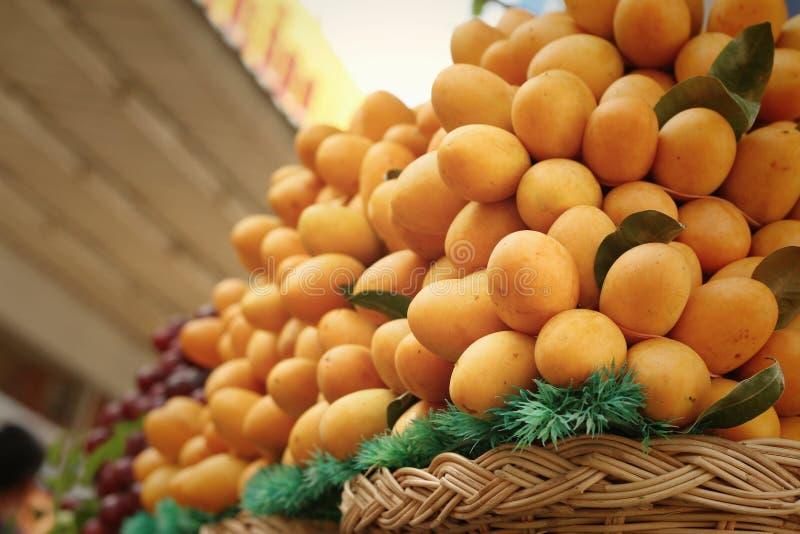Плодоовощ сливы Мэриан - плодоовощ Азии на рынке стоковая фотография