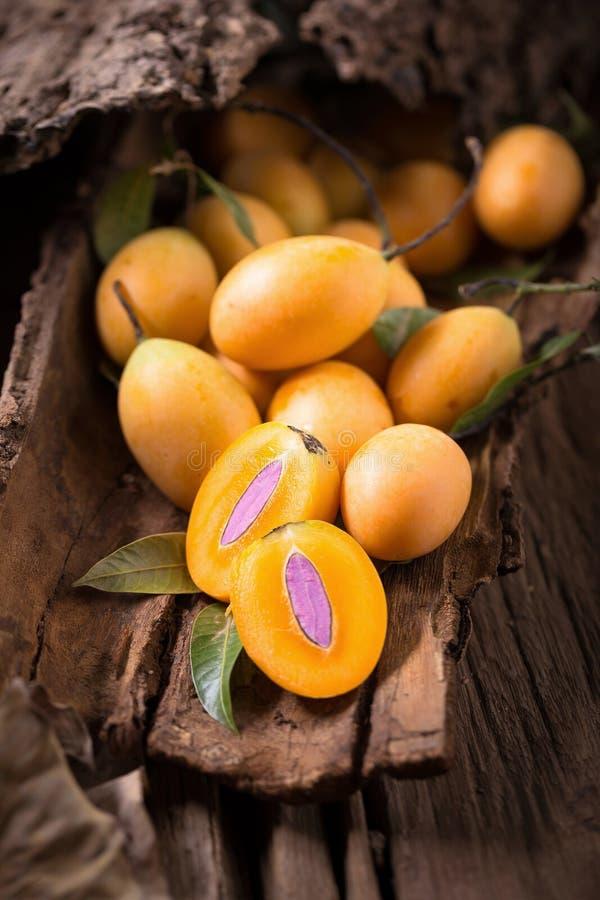 Плодоовощ Юго-Восточной Азии плодоовощ Plango или сливы Мэриан тропический на старой стоковое изображение