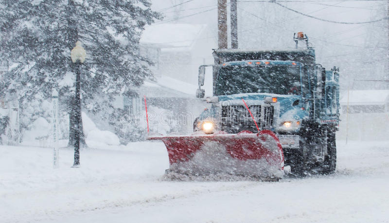 Плужок снега работая во время вьюги стоковая фотография