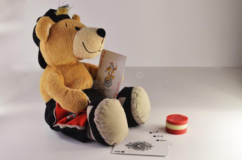 Плюшевый медвежонок карточный игрок стоковое изображение rf
