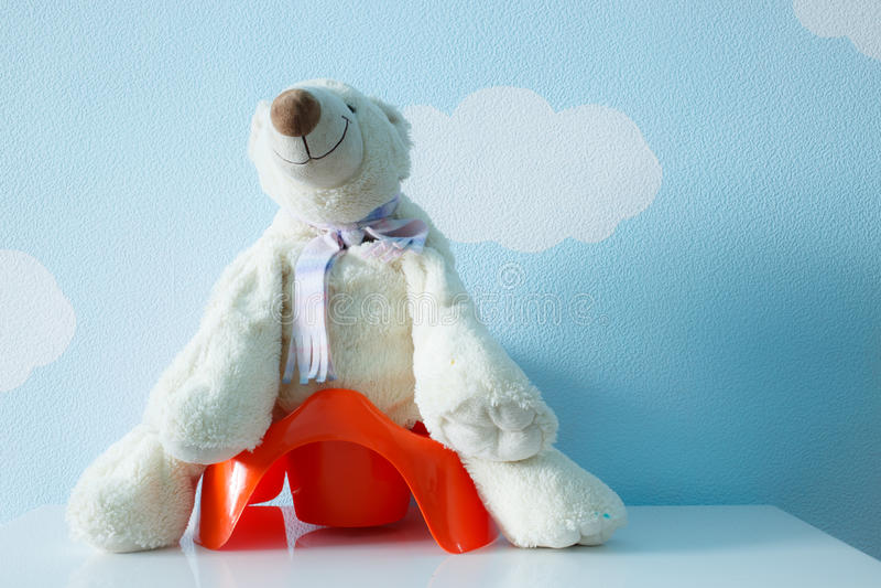 Плюшевый медвежонок на горшочке стоковые изображения rf