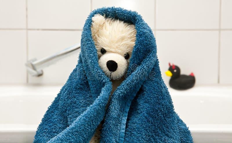Плюшевый медвежонок - принимать ванну стоковое фото rf