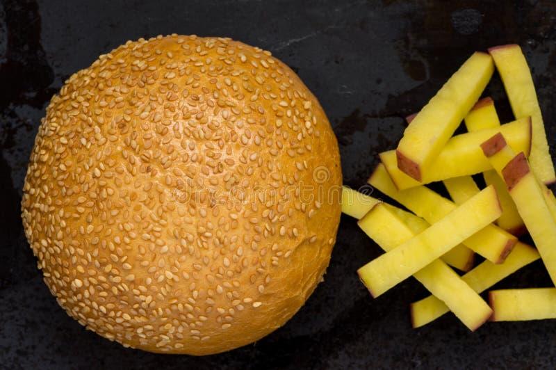 Плюшка для фраев бургера и француза стоковое изображение rf