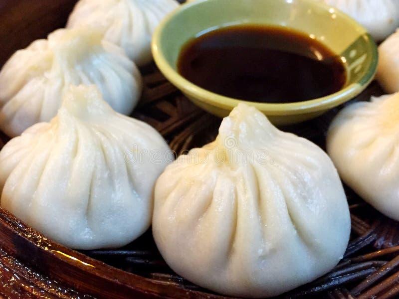 Плюшки испаренные китайцем традиционная еда в Китае стоковое фото rf