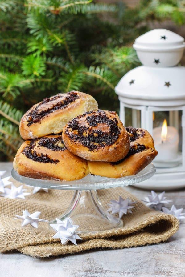 Плюшки макового семенени на стойке торта. Установка Рожденственской ночи стоковые фотографии rf