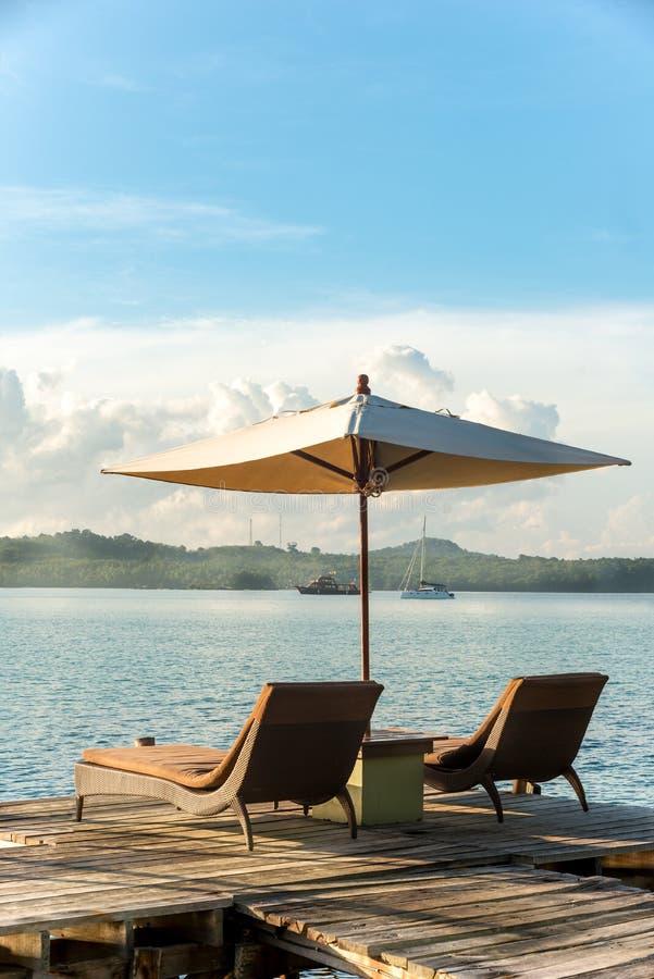 Пляжный комплекс Ropical с креслами для отдыха и зонтиками в Пхукете, Таиланде стоковые фото