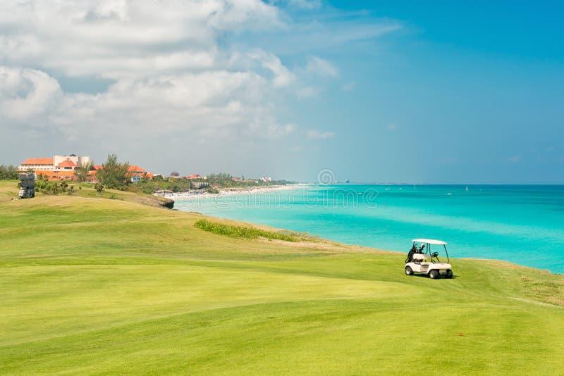 Пляж Варадеро в Кубе с полем для гольфа стоковые изображения