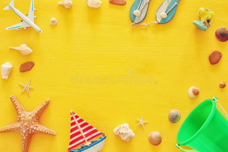 пляж взгляд сверху и концепция каникул с морскими объектами уклада жизни стоковое фото rf