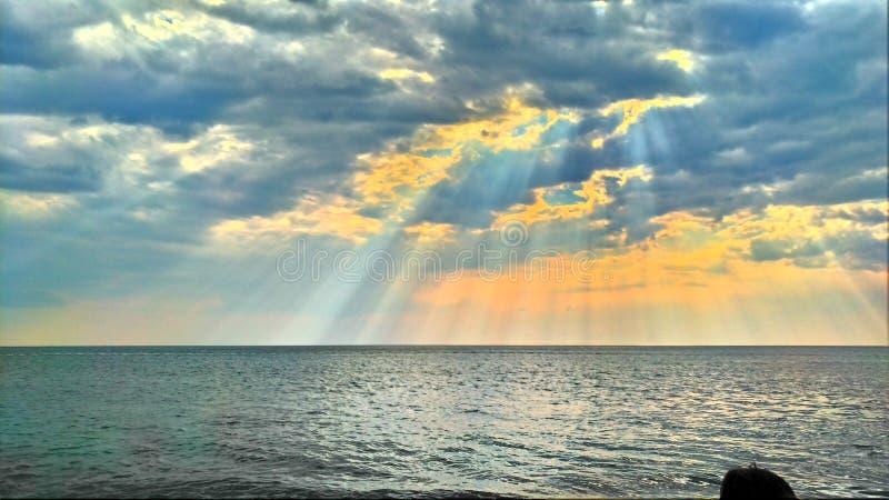 Пляж в заходе солнца стоковые фотографии rf