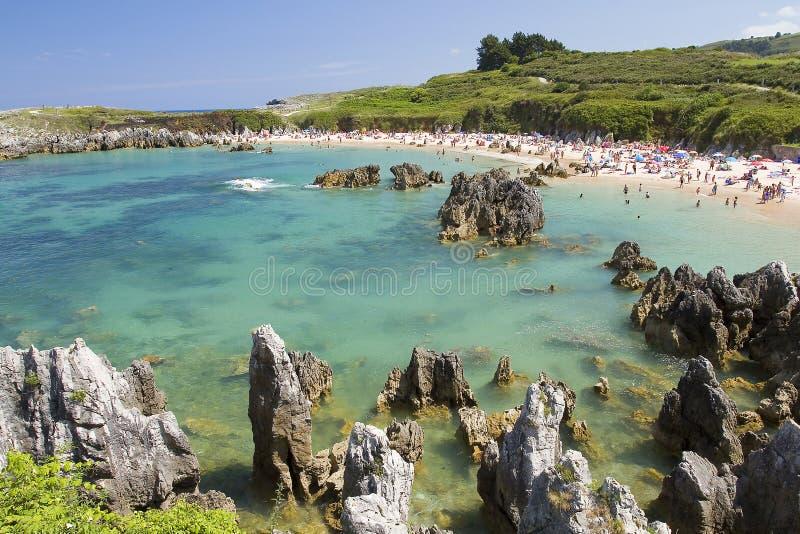 Пляж в Llanes, Испании стоковая фотография rf