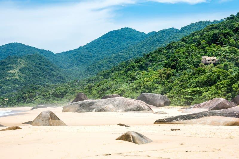 Пляж в Trinidade - Paraty, Рио-де-Жанейро стоковое изображение rf