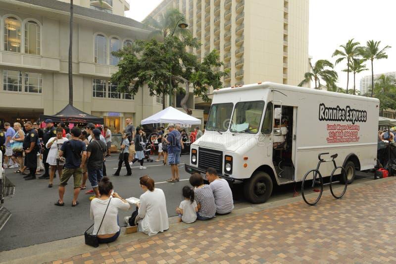Пляж Гонолулу Waikiki улицы справедливый стоковые изображения rf