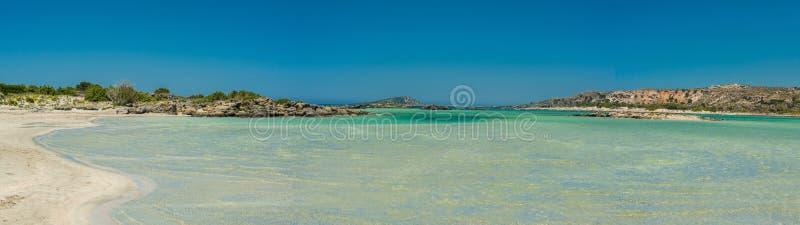 Пляж Греции, Крита Elafonisi и вода осматривают панораму стоковая фотография