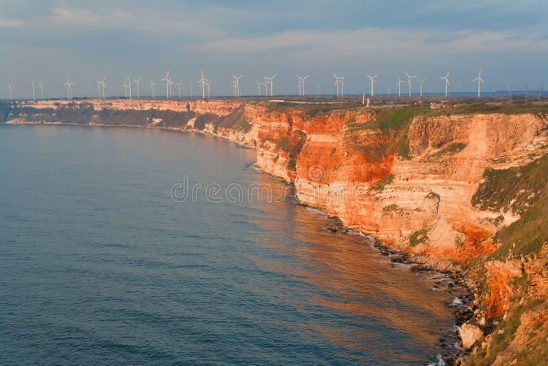 Пляж лета. Генераторы энергии ветра стоковые изображения rf