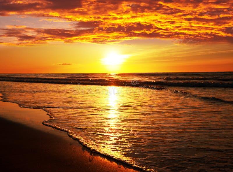 Пляж захода солнца в Таиланде стоковые изображения