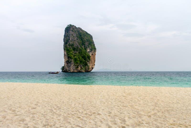 Пляж и белый песок с светлым туманом в утре на koh Poda, стоковые изображения rf
