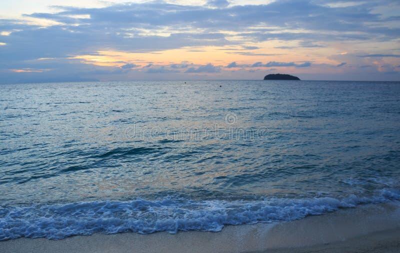 Пляж и выплеск лета развевают поверхность воды в вечере, Lipe Таиланде стоковое фото rf