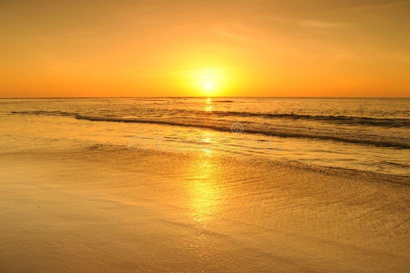 Download Пляж и заход солнца моря в Krabi Таиланде Стоковое Изображение - изображение насчитывающей красно, облако: 37931831