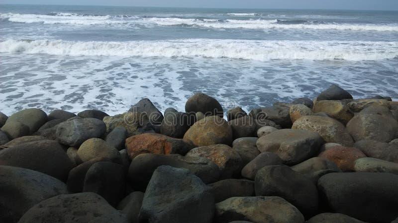 Пляж и камень стоковое фото