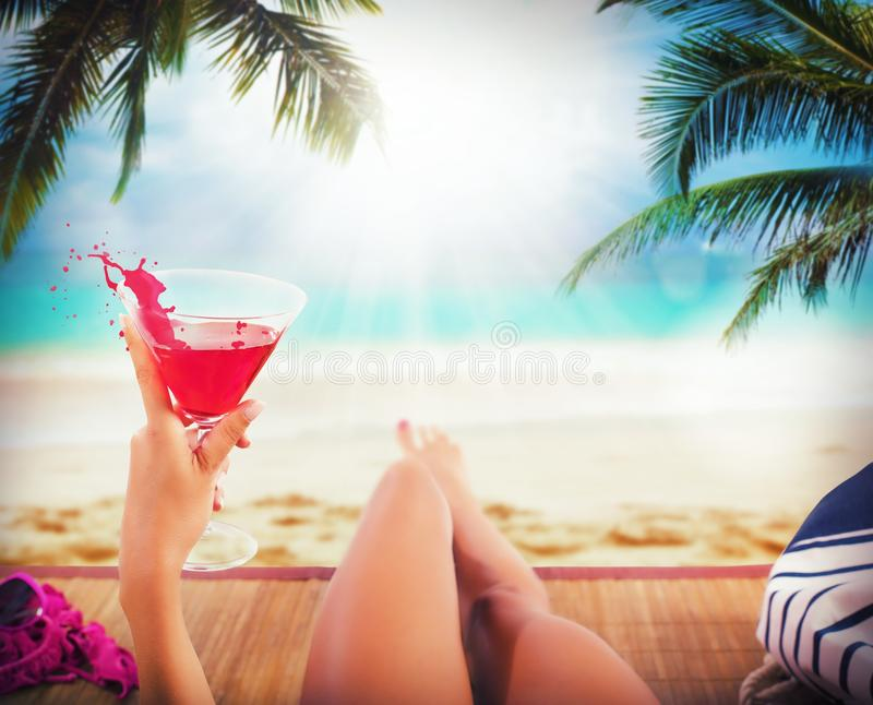 Пляж и коктеиль стоковая фотография rf