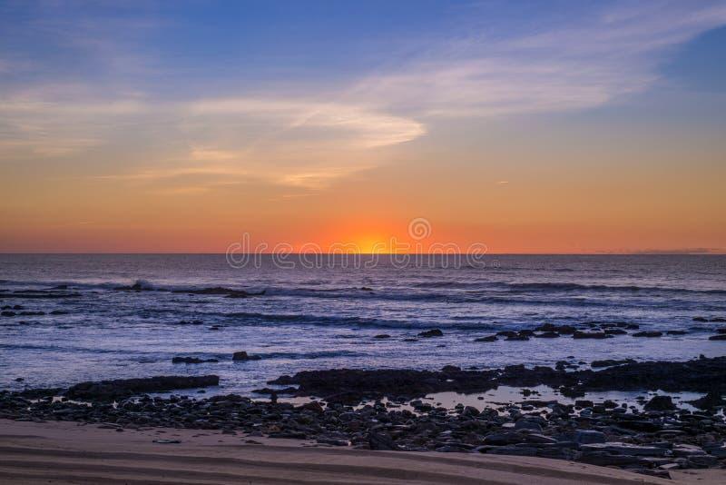 Пляж и небо захода солнца стоковое изображение rf