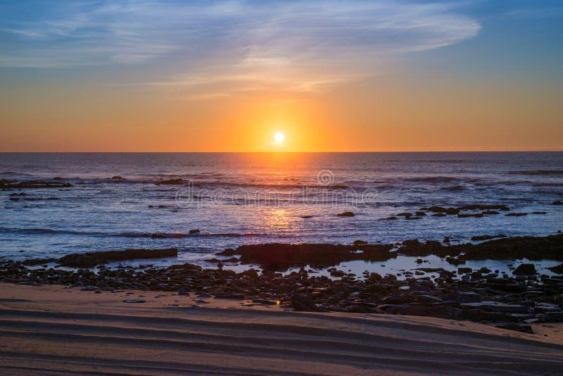 Пляж и небо захода солнца стоковые фотографии rf