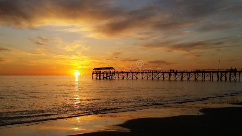 Пляж и небо захода солнца стоковые фото