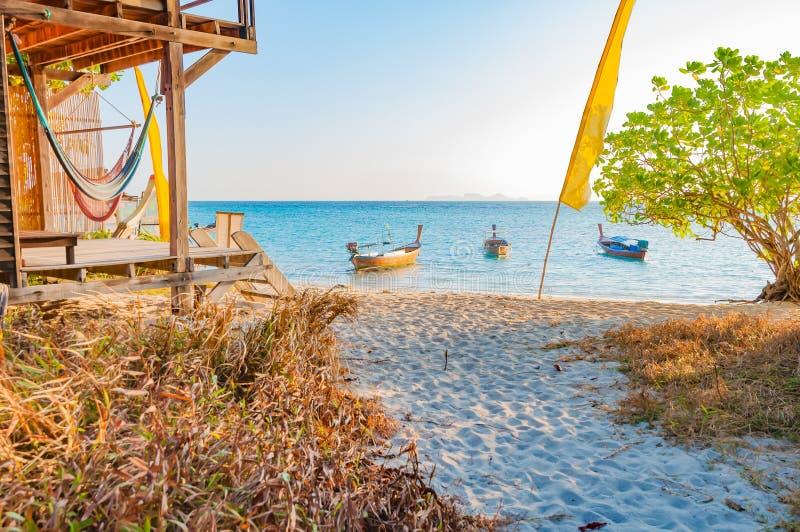 Пляж и дом в утре с шлюпкой i walkpath и longtail стоковое изображение rf