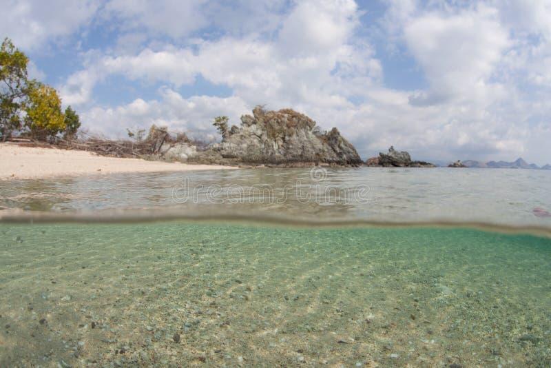 Пляж и отмелый наклон песка стоковое фото rf