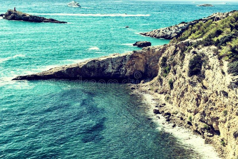 Пляж и скалистое побережье, Ibiza, Испания стоковое фото