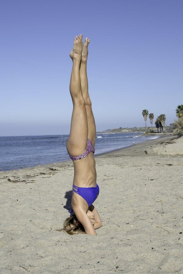 Пляж йоги женщины стоковая фотография rf