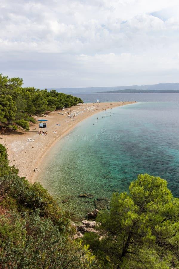 Пляж крысы Zlatni в Bol, Хорватии стоковое изображение