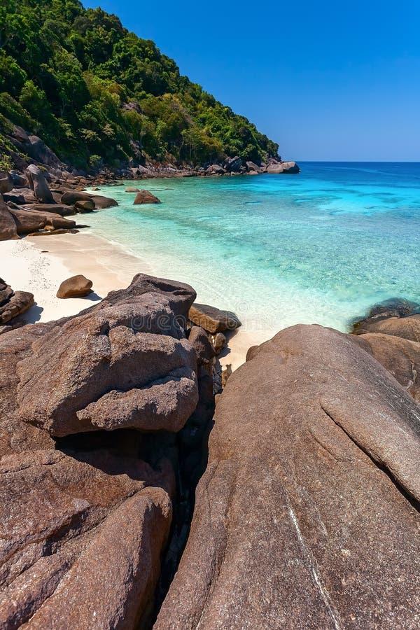 Пляж, море, камни стоковая фотография