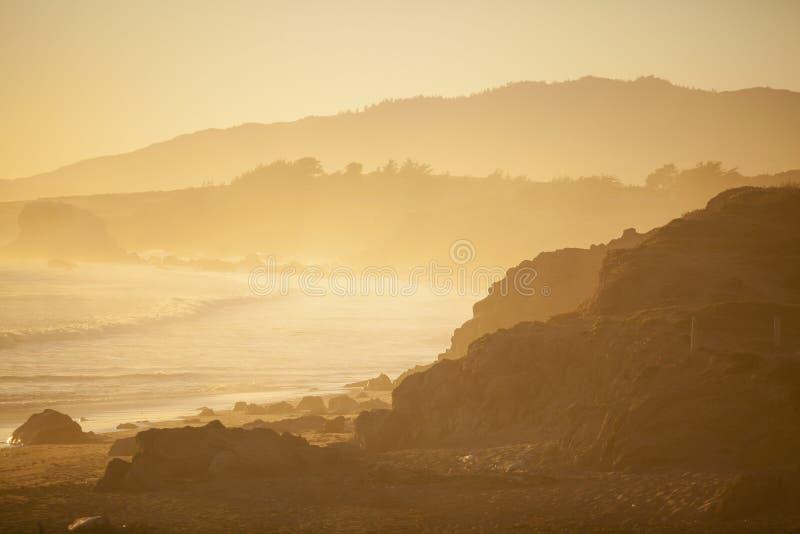 Download Пляж на заходе солнца, San Simeon Стоковое Изображение - изображение насчитывающей baxter, california: 33731287