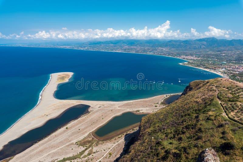 Пляж на каподастре Tindari, Сицилии стоковые изображения