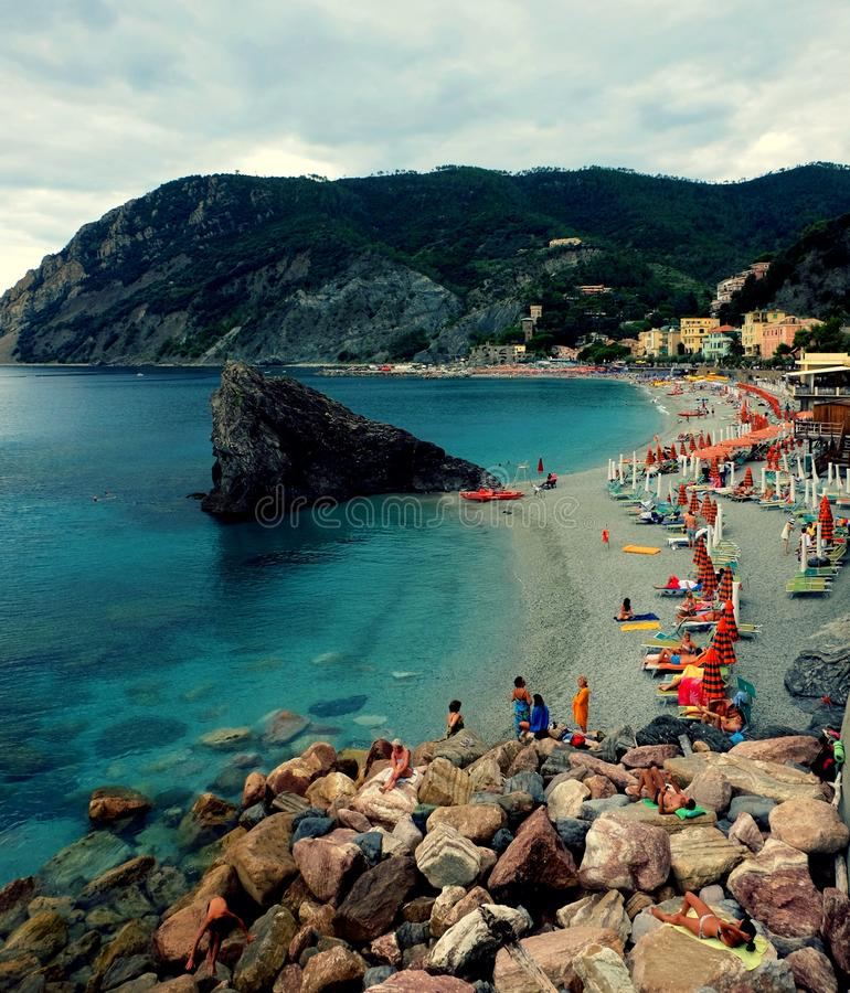Пляж на Monterosso стоковое фото